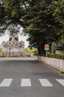 Ulica miejska z przejściem dla pieszych