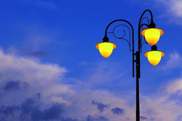 Ulica płonąca latarnia na niebie