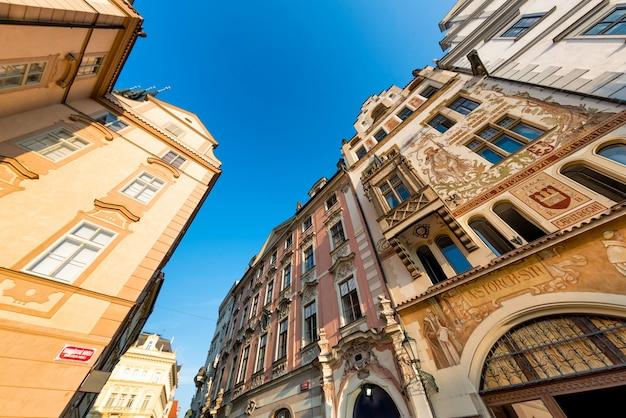 Ulica przy rynku starego miasta (staromestske namesti). praga, republika czeska.