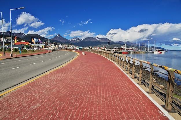 Ulica w pobliżu portu morskiego w mieście ushuaia w argentynie