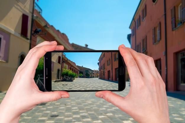 Ulica w santarcangelo di romagna włochy europa. zdjęcie zrobione telefonem