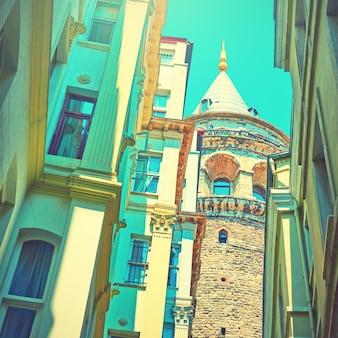 Ulica w stambule i wieża galata, turcja. obraz w stylu vintage