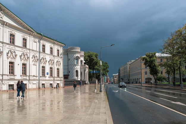 Ulica wozdwiżenka w moskwie. słońce po deszczu. piękne widoki moskwy