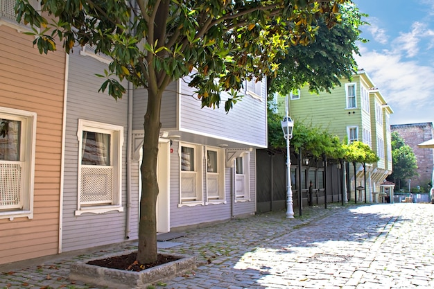 Ulica z drewnianymi domami mieszkalnymi w centrum stambułu, turcja