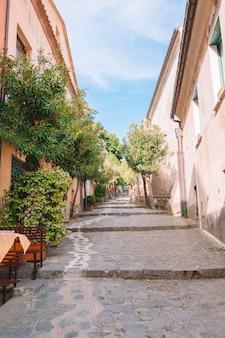 Ulica z kolorowymi domami w włochy. letni oszałamiający krajobraz