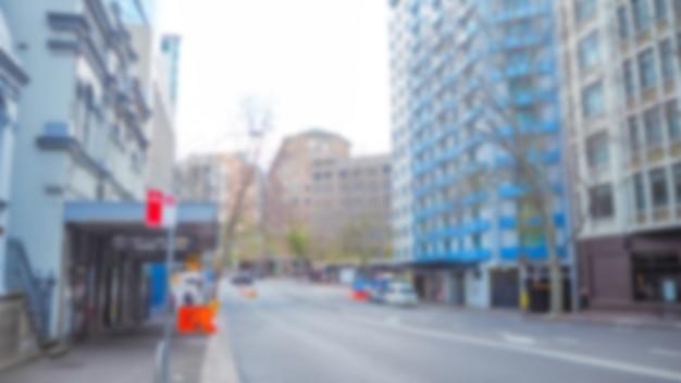Ulica z niebieskimi budynkami nieostry