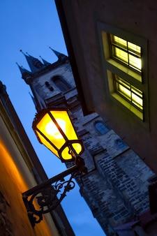 Ulica ze starą latarnią w pradze w nocy, republika czeska. skoncentruj się na świetle ulicznym. płytkie dof!