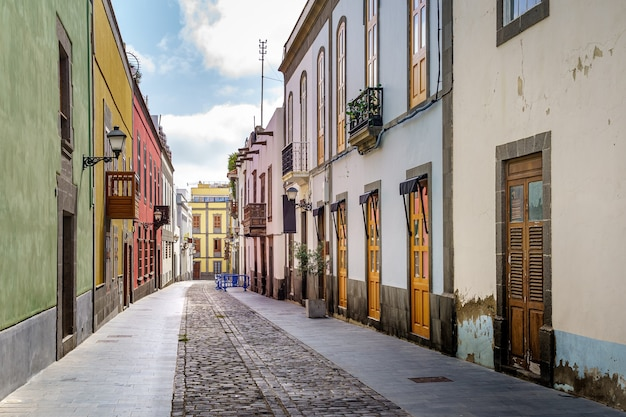 Ulica ze starymi, malowniczymi i urokliwymi domami w jasnych kolorach w mieście las palmas de gran canaria. wyspy kanaryjskie. hiszpania. europa.