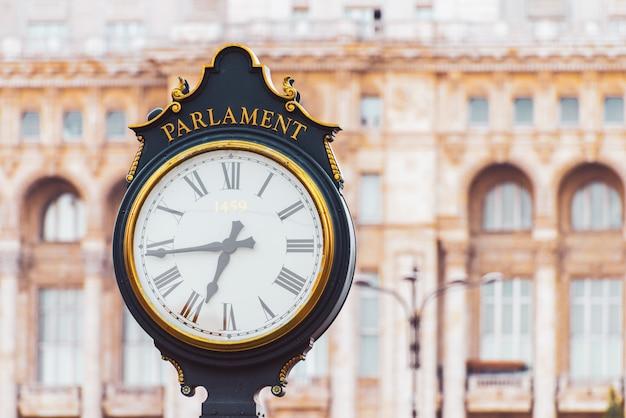 Ulica zegar w pobliżu pałacu parlamentu w bukareszcie