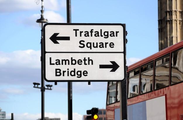 Ulica znak i piętrowy autobus w londynie