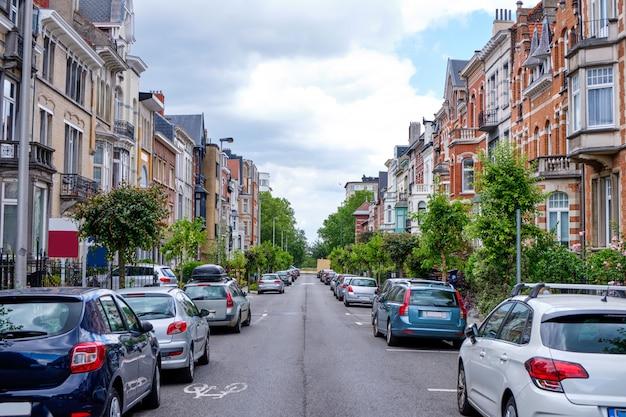 Ulice brukseli z samochodami zaparkowanymi z boku