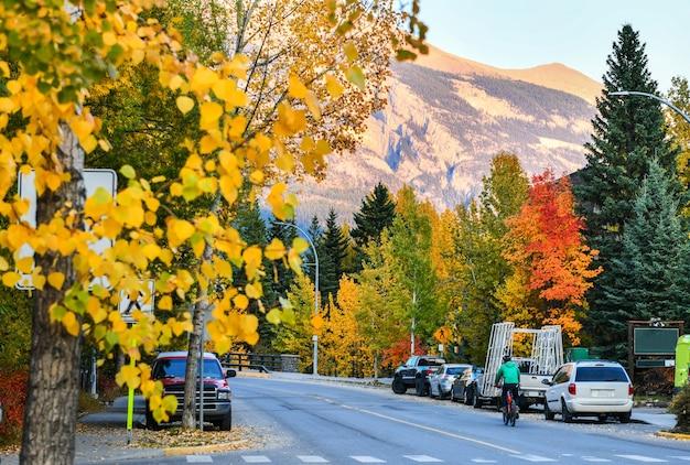 Ulice canmore w pobliżu parku narodowego banff i jednego z najsłynniejszych miast kanady