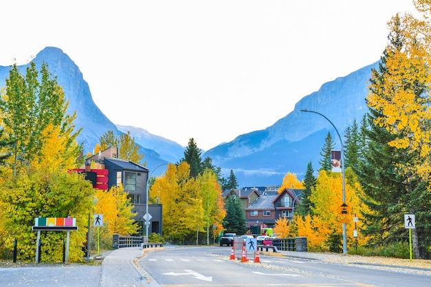 Ulice canmore w słynnym kanadyjskim mieście gór skalistych