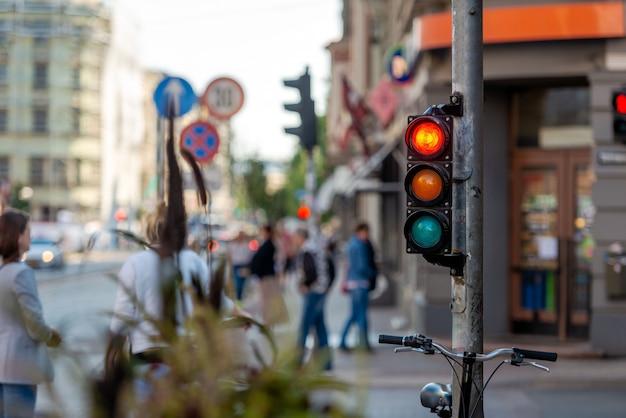 Ulice metropolii z skrzyżowaniem i światłami