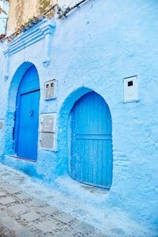 Ulice pomalowane na niebiesko w różnych odcieniach.