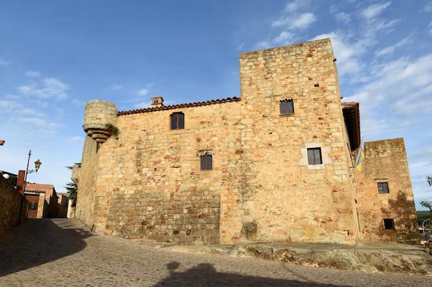 Ulice starego miasta średniowiecznej wioski pals, prowincja girona, katalonia, hiszpania
