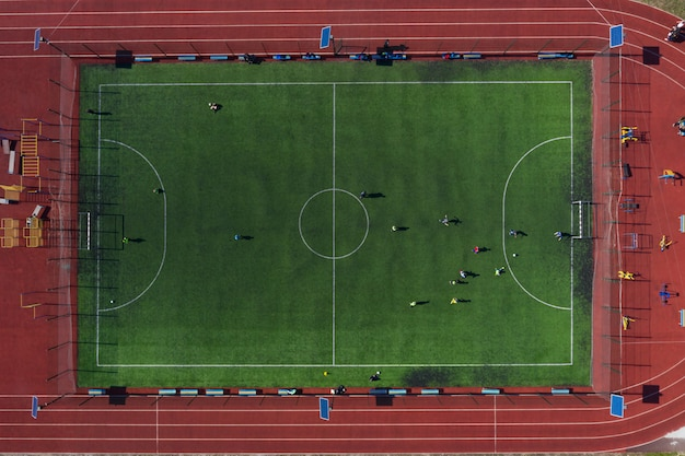 Uliczne boisko sportowe z boiskiem do piłki nożnej, strzelanie z drona z góry