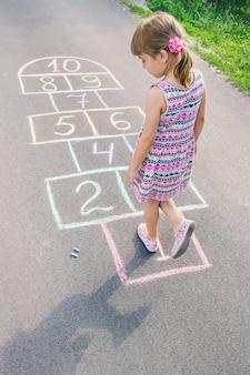 Uliczne dziecięce gry w klasykach. selektywna ostrość.
