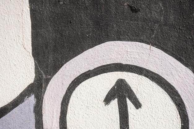 Uliczne graffiti ze strzałką i kolorowe tło