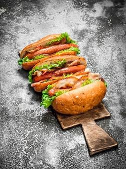 Uliczne jedzenie. hot-dogi z wołowiny barbecue z ostrymi sosami