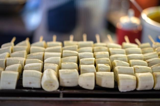 Uliczny jedzenie w bangkok, tajlandia. grillowany banan.