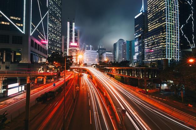 Uliczny ruch drogowy przy mrocznym zmierzchem w hong kong.