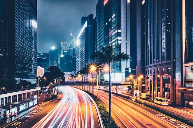 Uliczny ruch drogowy w hong kong przy nocą