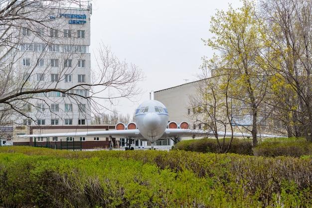 """Uljanowsk, rosja – 25 listopada 2020 r.: państwowy uniwersytet techniczny w uljanowsku. iljuszyn ił-62 to radziecki wąskokadłubowy odrzutowiec dalekiego zasięgu, opracowany w 1960 roku przez iljuszyn. podpis: """"centrum szkoleniowe"""""""