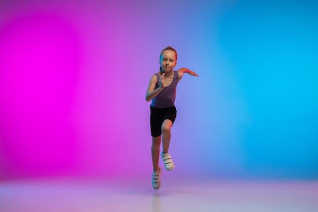 Ulotka. nastoletnia dziewczyna, profesjonalny biegacz, jogger w akcji, ruch na białym tle na gradientowym różowo-niebieskim tle w świetle neonowym. pojęcie sportu, ruchu, energii i dynamicznego, zdrowego stylu życia.