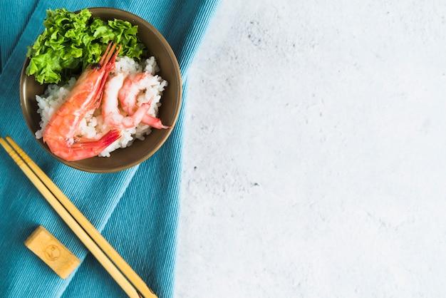 Ułóż miskę ryżową z owocami morza