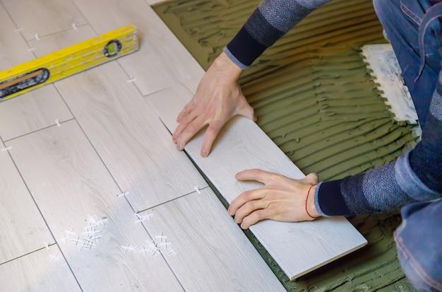 Ułóż płytki na podłodze w domu. selektywna ostrość.