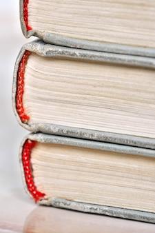 Ułóż stare książki w lekkiej oprawie