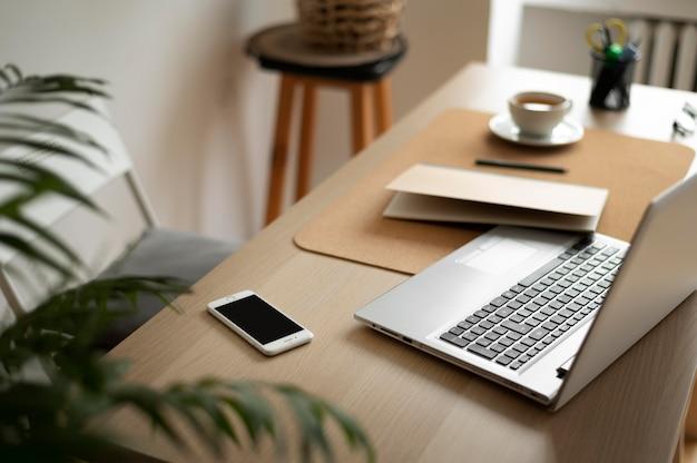Ułożenie biurka pod wysokim kątem z laptopem