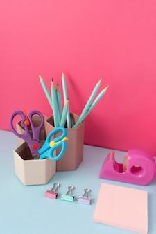 Ułożenie biurka pod wysokim kątem z ołówkami