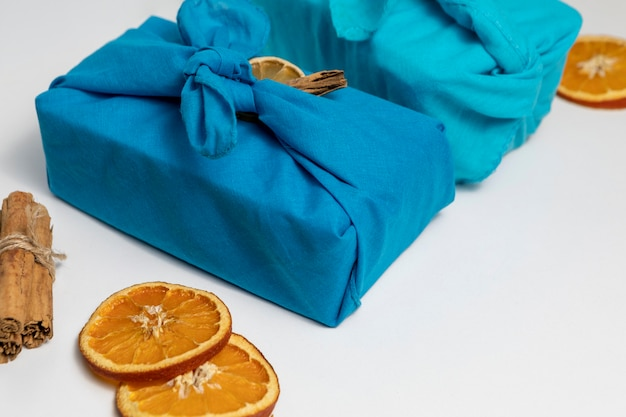 Ułożenie pod wysokim kątem z tkaniną i plasterkami pomarańczy