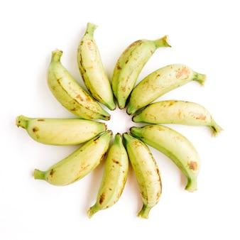 Ułożone banany. kreatywna koncepcja żywności