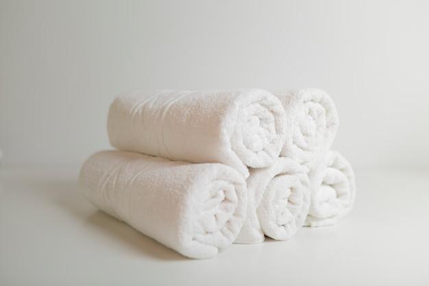 Ułożone białe ręczniki