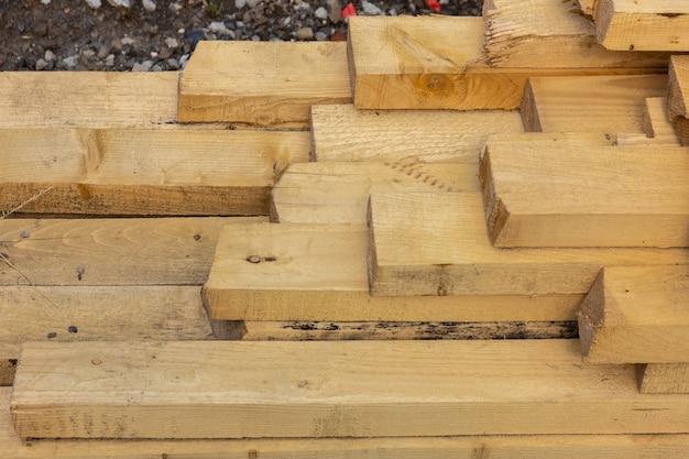 Ułożone drewno. drewno składane.zbliżenie drewniane deski.powierzchnia końca deski.wiele desek ułożonych jedna na drugiej w magazynie.treciny do wykorzystania w budownictwie.