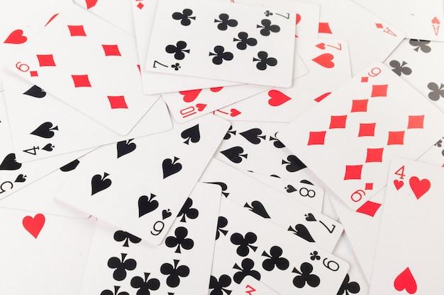 Ułożone karty na białym tle