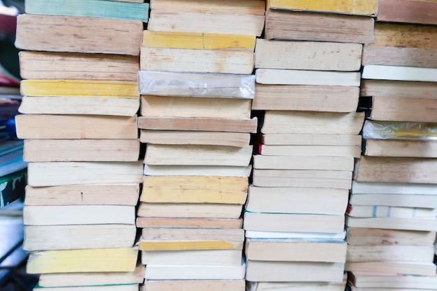 Ułożone książki na półce na sprzedaż