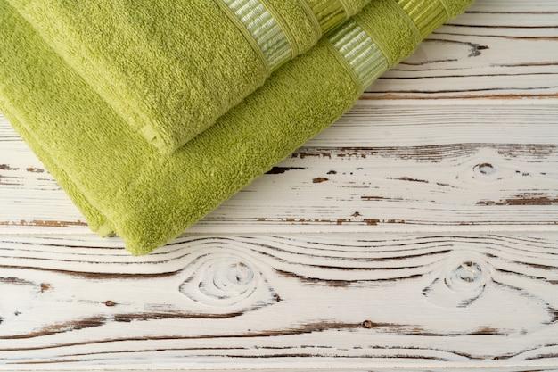 Ułożone nowe ręczniki na drewnianym stole