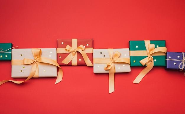 Ułożone prezenty świąteczne ze złotymi gwiazdkami