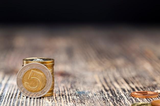 Ułożone razem metalowe monety gotówkowe, zbliżenie polskich pieniędzy