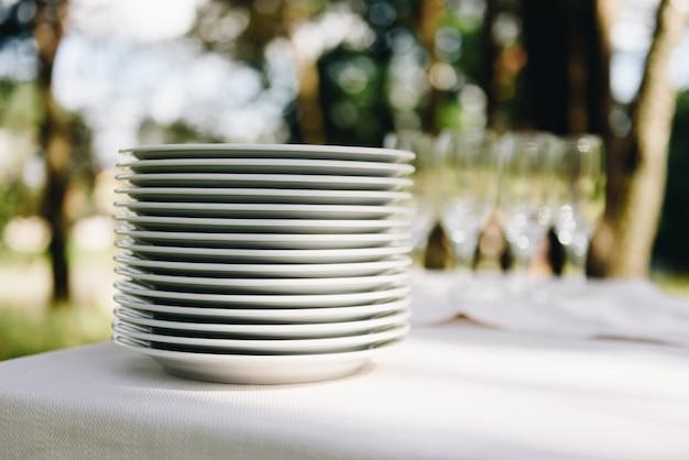 Ułożone talerze w formie bufetu czekają na gości na przyjęciu lub imprezie