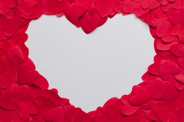 Ułożone w stos papierowe serca i miejsce na tekst w kształcie serca