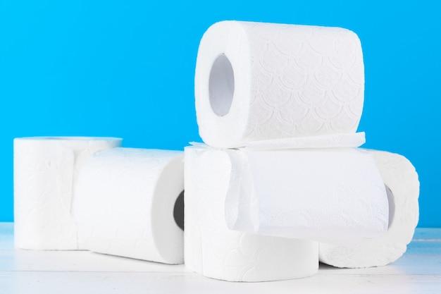 Ułożone w stos rolki papieru toaletowego