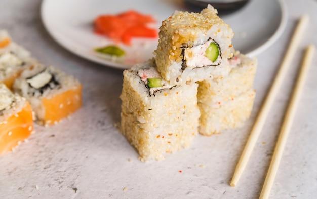 Ułożone w stos sushi z nasionami