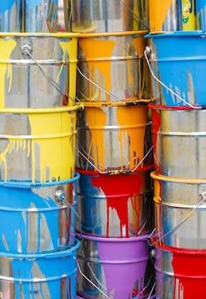 Ułożone w stosach puszki z farbą