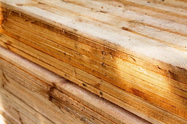 Ułożone w tarcicy w kłody drewna do prac budowlanych lub przemysłowych. drewniane materiały budowlane