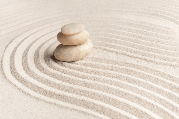 Ułożone zen marmurowe kamienie piasek tło w koncepcji uważności